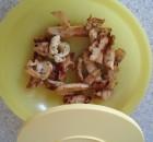 Hälfte vom Hähnchengeschnetzeltem in die Plastikdose